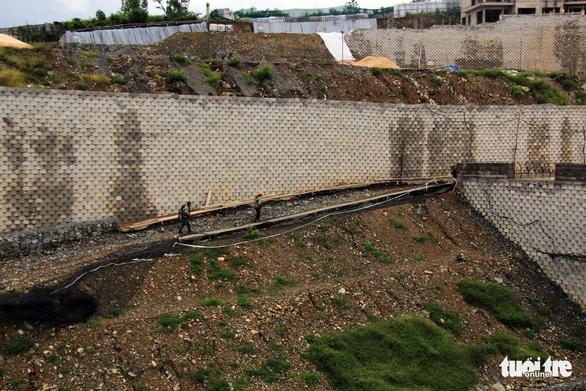 Sơ tán dân vì tường thành xây không phép - Ảnh 5.