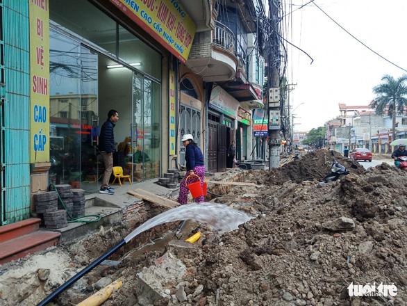 Chỉnh trang đô thị làm vỡ đường ống, gần trăm hộ dân mất nước - Ảnh 1.