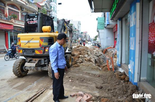 Chỉnh trang đô thị làm vỡ đường ống, gần trăm hộ dân mất nước - Ảnh 2.