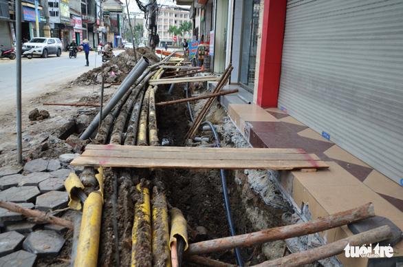 Chỉnh trang đô thị làm vỡ đường ống, gần trăm hộ dân mất nước - Ảnh 3.