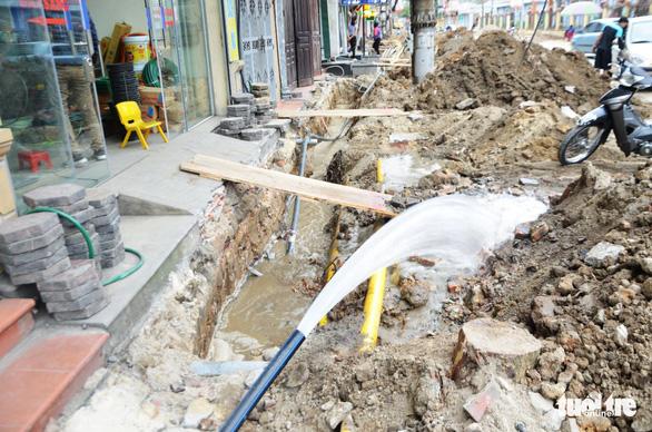 Chỉnh trang đô thị làm vỡ đường ống, gần trăm hộ dân mất nước - Ảnh 6.