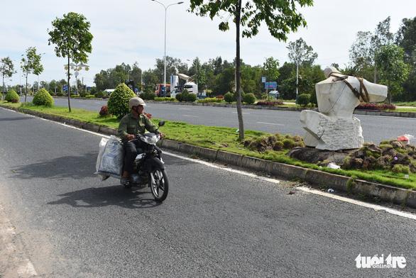 Đặt 76 tượng điêu khắc trên tuyến đường đẹp nhất Châu Đốc - Ảnh 6.