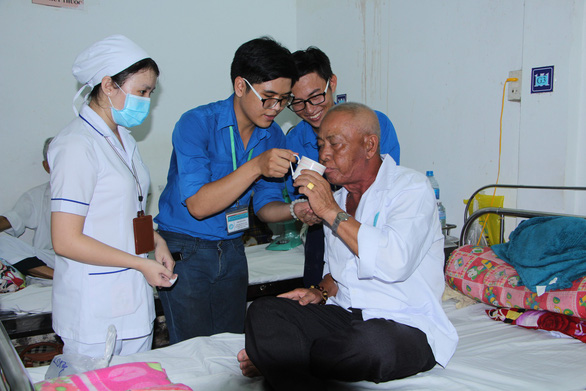 Đội tình nguyện viên 9X chăm sóc bệnh nhân ở Cần Thơ - Ảnh 1.