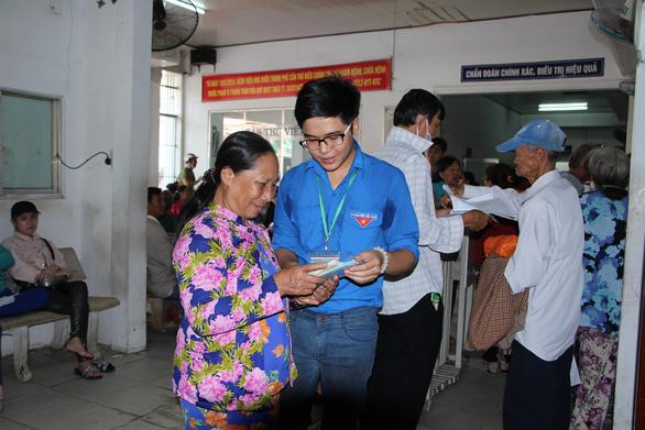 Đội tình nguyện viên 9X chăm sóc bệnh nhân ở Cần Thơ - Ảnh 2.