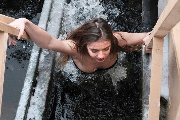 Ngưỡng mộ các người đẹp tắm trong trời băng giá - Ảnh 8.