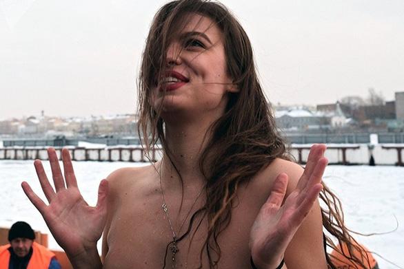 Ngưỡng mộ các người đẹp tắm trong trời băng giá - Ảnh 6.