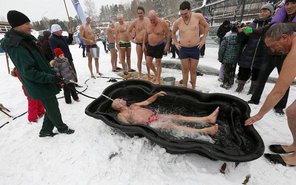Ngưỡng mộ các người đẹp tắm trong trời băng giá - Ảnh 9.