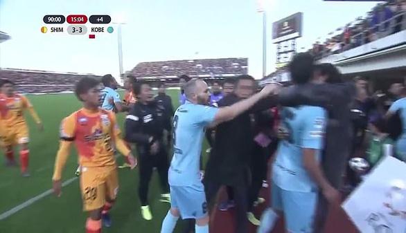 Iniesta và Podolski dính vào cuộc ẩu đả dữ dội ở J1 League - Ảnh 2.
