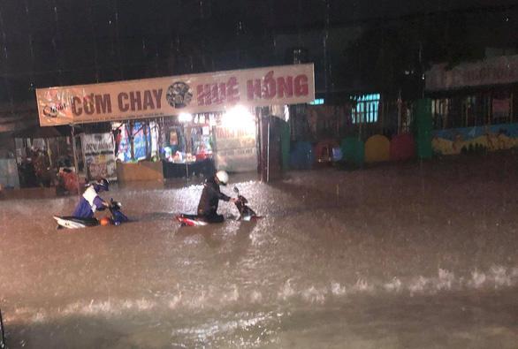Tắm giữa mưa bão, nam thanh niên bị nước cuốn trôi - Ảnh 2.