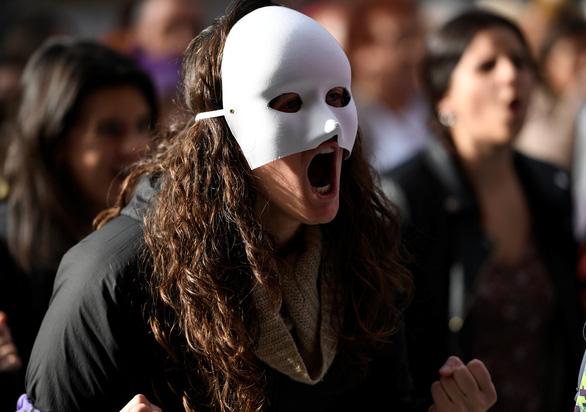 Mỗi ngày, 137 phụ nữ bị chính người thân sát hại - Ảnh 3.