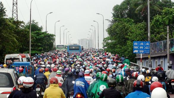 Kẹt xe kinh hoàng trên cầu Bình Triệu - Ảnh 4.