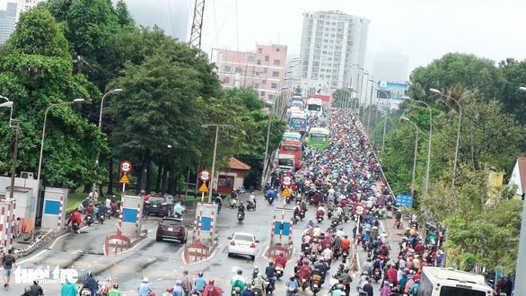 Kẹt xe kinh hoàng trên cầu Bình Triệu - Ảnh 2.