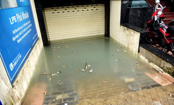 Hút nước ngập sâu ở nhiều ngân hàng Sài Gòn sau mưa lịch sử - Ảnh 1.