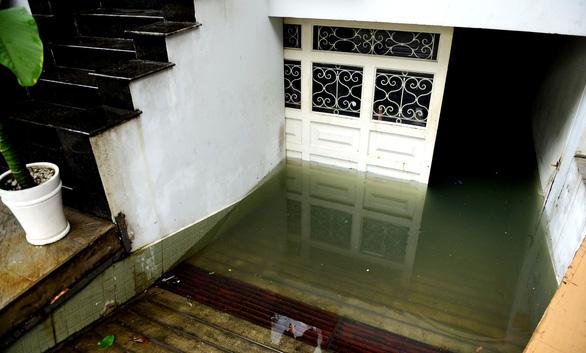 Hút nước ngập sâu ở nhiều ngân hàng Sài Gòn sau mưa lịch sử - Ảnh 3.