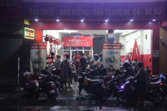 Người Sài Gòn chưa hết bàng hoàng sau đêm trắng đại hồng thủy - Ảnh 3.