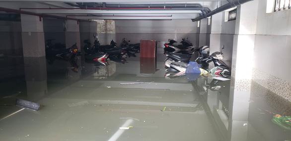 Hàng trăm xe máy ngập sâu trong tầng hầm căn hộ cho thuê - Ảnh 1.