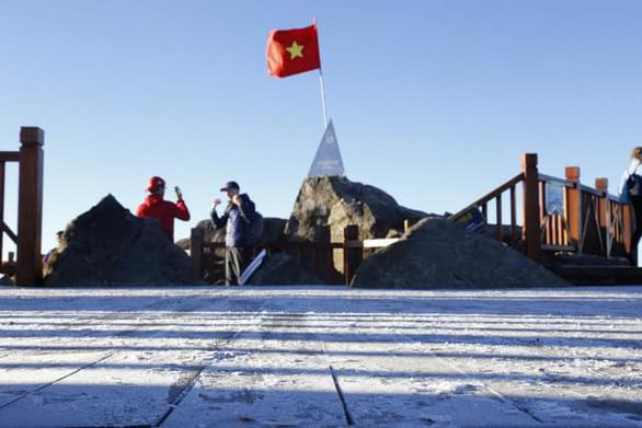 Sương muối phủ trắng đỉnh Fansipan - Ảnh 3.