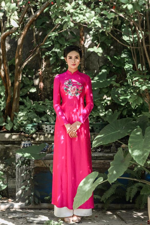 Áo dài Ngọc Hân cảm hứng Đường xưa mây trắng từ thiền sư Nhất Hạnh - Ảnh 9.