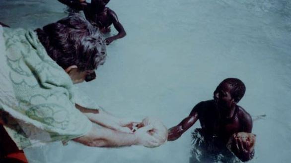 Bộ lạc Sentinel: 'Ngoại giao dừa' và lằn ranh đỏ dẫn tới 'mưa tên' - Ảnh 2.