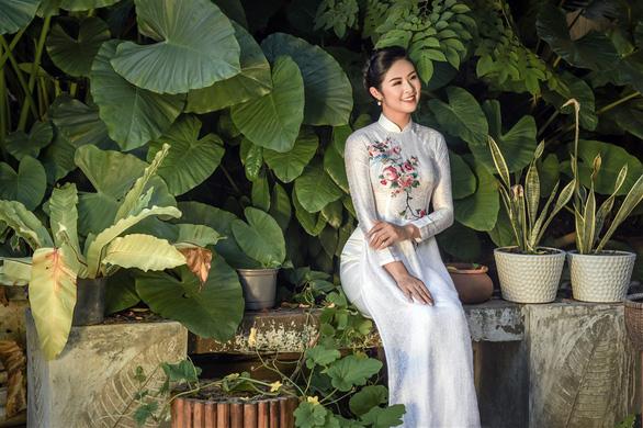 Áo dài Ngọc Hân cảm hứng Đường xưa mây trắng từ thiền sư Nhất Hạnh - Ảnh 1.