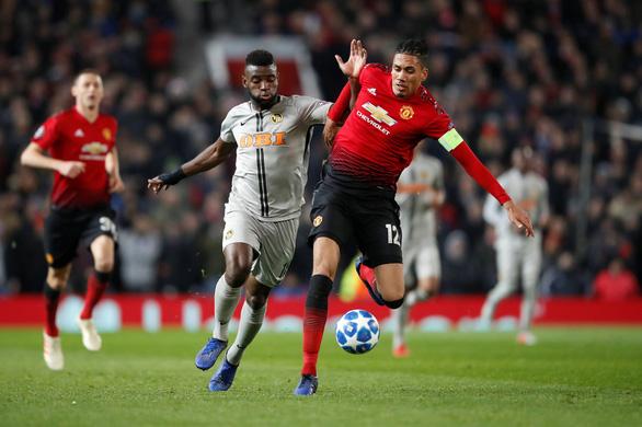 MU đoạt vé đi tiếp nhờ bàn thắng gây tranh cãi của Fellaini - Ảnh 4.