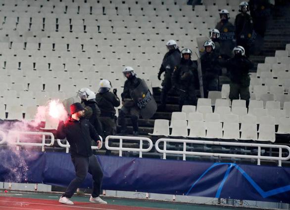 Bạo loạn đẫm máu trên khán đài Athens Olympic - Ảnh 2.