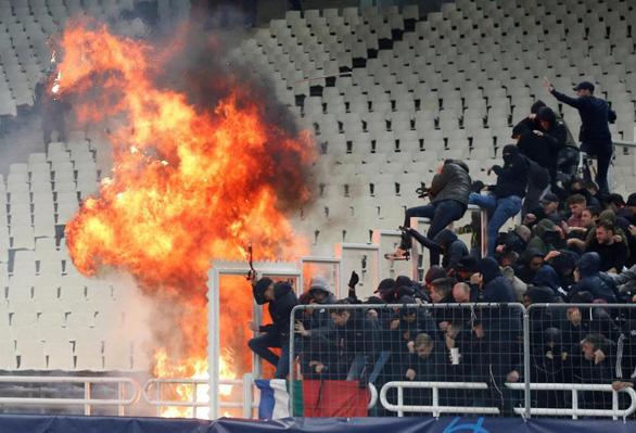 Bạo loạn đẫm máu trên khán đài Athens Olympic - Ảnh 3.