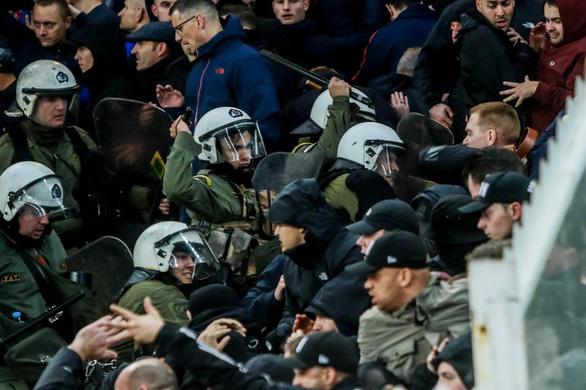 Bạo loạn đẫm máu trên khán đài Athens Olympic - Ảnh 5.