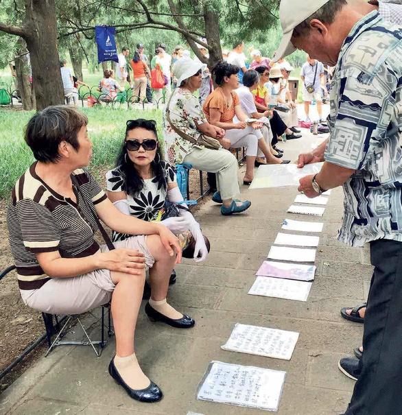 Cha mẹ Trung Quốc 'giải ế' cho con cái ở chợ hôn nhân - Ảnh 2.
