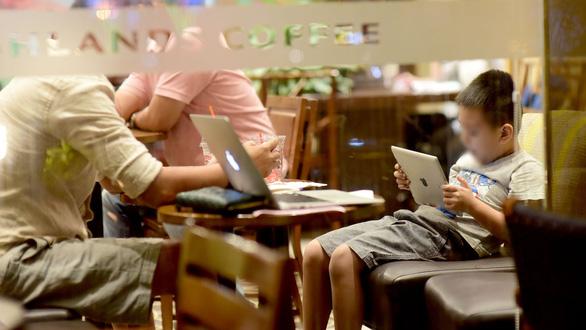 Vẽ đường cho học sinh xài smartphone, iPad nổi không, hay cứ cấm? - Ảnh 1.