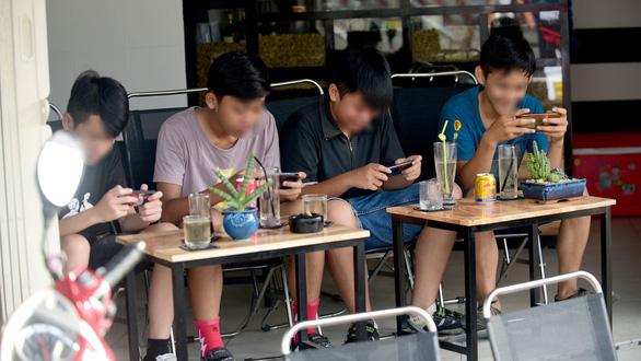 Vẽ đường cho học sinh xài smartphone, iPad nổi không, hay cứ cấm? - Ảnh 2.