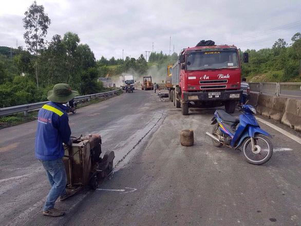 Yêu cầu khẩn trương sửa chữa quốc lộ 1 ở Phú Yên hỏng nặng - Ảnh 2.