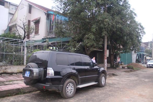 Khám xét nhà cựu giám đốc Ngân hàng BIDV chi nhánh Hà Tĩnh - Ảnh 1.