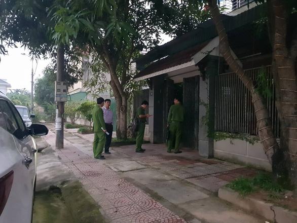 Khám xét nhà cựu giám đốc Ngân hàng BIDV chi nhánh Hà Tĩnh - Ảnh 2.