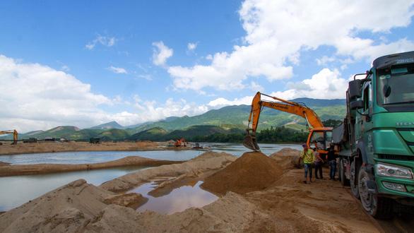 Bát nháo hút cát sỏi trên sông, phạt như gãi ngứa! - Ảnh 1.