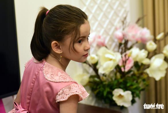 Em bé làm phiên dịch cho mẹ mới học tiếng Việt 4 tháng - Ảnh 1.