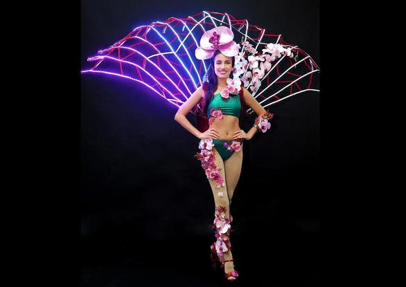 Người đẹp Singapore diện 'quốc phục Trump - Kim'dự Miss Universe 2018 - Ảnh 3.