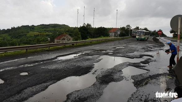 Yêu cầu khẩn trương sửa chữa quốc lộ 1 ở Phú Yên hỏng nặng - Ảnh 1.