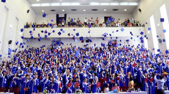 Bằng tốt nghiệp sinh viên HUFLIT: chờ quyết định của UBND TP.HCM - Ảnh 1.