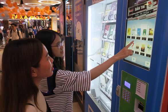 Ra mắt máy bán sách tự động đầu tiên tại Việt Nam - Ảnh 1.
