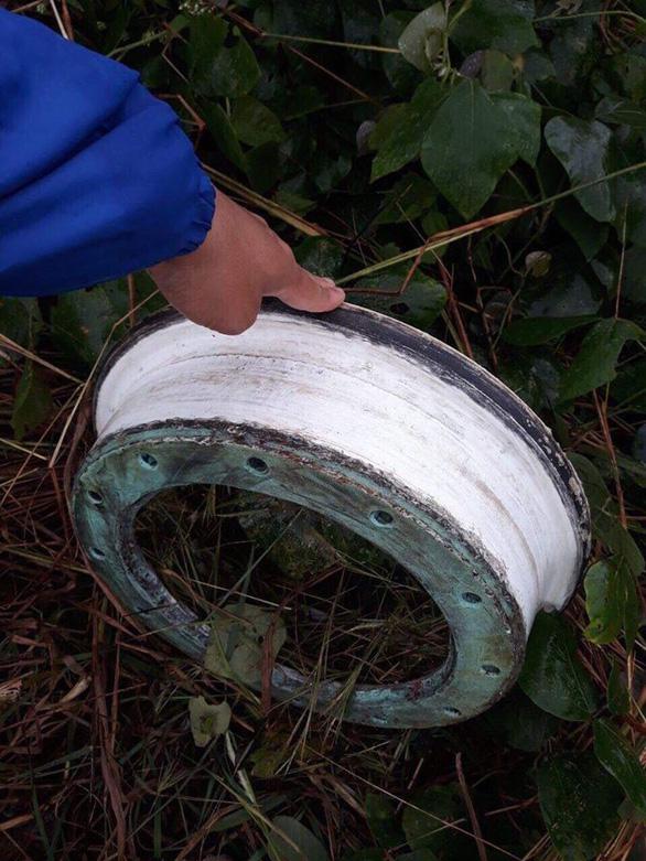 Tìm thấy vành lốp thứ hai của máy bay gặp sự cố - Ảnh 2.