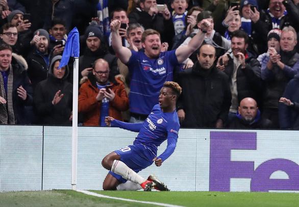Đè bẹp đối thủ, Chelsea và Arsenal thẳng tiến với ngôi đầu bảng - Ảnh 1.