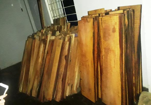 Phát hiện gỗ giấu tại nhà điều hành thủy điện - Ảnh 1.
