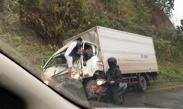 Tài xế xe tải mắc kẹt trên cabin sau cú đấu đầu xe khách - Ảnh 2.