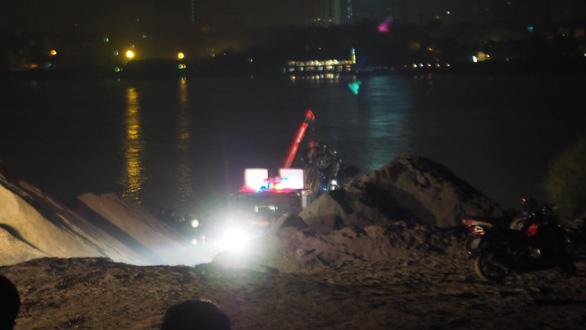 Nữ chủ nhân ôtô rơi xuống sông Hồng có mặt trên xe - Ảnh 1.