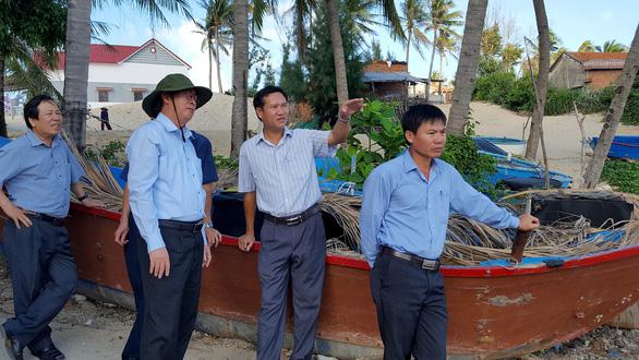 Lãnh đạo Phú Yên kiểm tra hiện trường vụ dân leo tường ra biển - Ảnh 1.