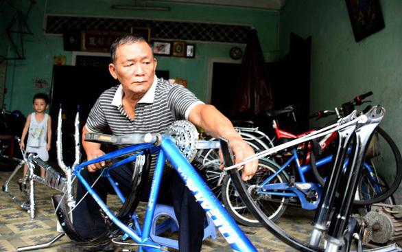 Thợ sửa xe 69 tuổi lấy bằng cử nhân - Ảnh 1.