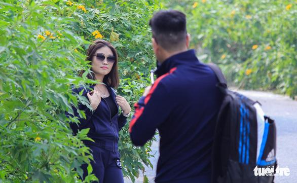 Hoa dã quỳ Ba Vì nở rộ hút giới trẻ Hà thành chụp ảnh check in - Ảnh 4.