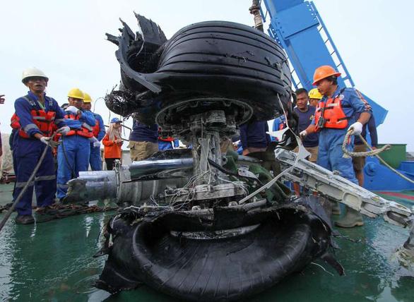 Đã trích xuất dữ liệu hộp đen máy bay bị nạn ở Indonesia - Ảnh 1.
