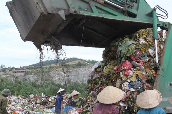 Dân liên tục chặn xe chở rác ở Đà Nẵng: Liều thuốc nào kịp thời? - Ảnh 2.